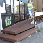 逗子海岸のカフェ前デッキ1